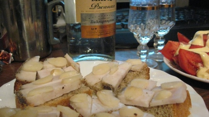 Фестивальная бутылка водки и антипростудные бутерброды