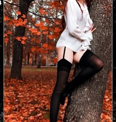 Осенняя девочка в чулках