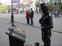 Челябинск. Памятник рядом с местной думой. Самарские депутаты тоже пишут хрень, но хватает совести не увековечивать.