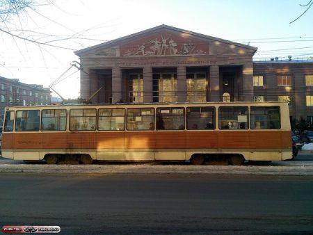 Суровый трамвай на фоне сурового ДК Железнодорожников
